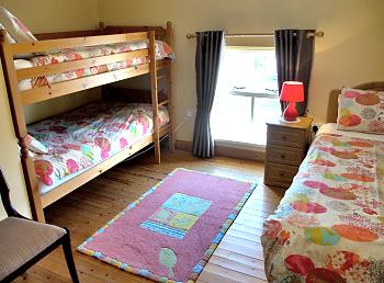 Chambre à coucher avec lit individuel et lit superposé